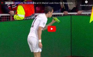 Tifosi lanciano birra a Di Maria durante Manchester United-Psg, l'argentino finge di berla