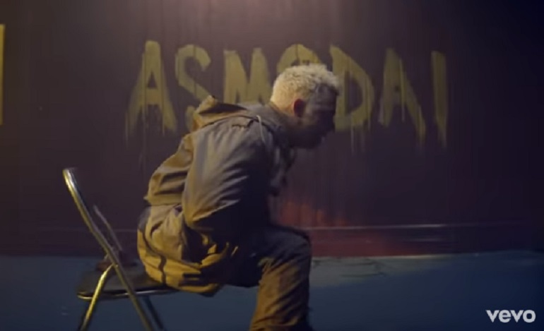 Asmodai, la scritta gialla che compare nella stanza del video