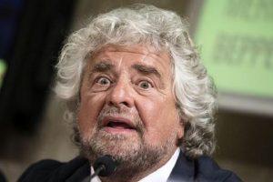 """Beppe Grillo in Calabria: """"Nessuno chiede il reddito di cittadinanza, o tutti in nero o 'ndranghetisti"""""""