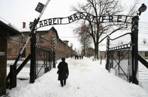 Auschwitz, selfie vietati nel campo di concentramento. Troppi turisti irrispettosi verso le vittime