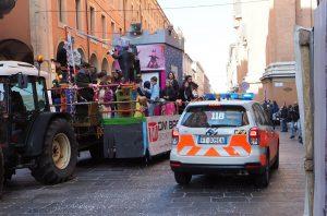 Bologna, bimbo cade dal carro durante la sfilata di carnevale: è grave