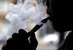 """Sigaretta elettronica, studio accusa: """"Rischio di infarto e ictus in aumento"""""""