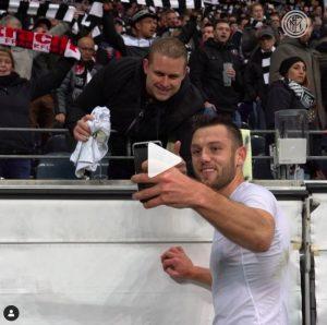"""Eintracht-Inter, """"Voglio la tua maglia"""": de Vrij accontenta tifoso e ci si scatta selfie insieme"""