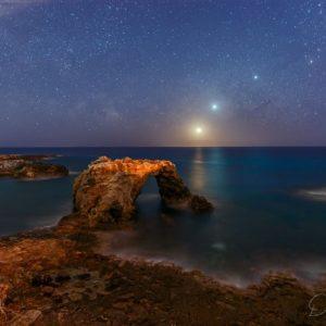 Sul mare di Siracusa, il cielo profondo in due scatti: comete, luna, pianeti, la Nasa premia due italiani
