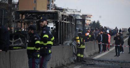 Senegalese dà fuoco a bus di piccoli scolari1