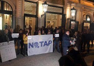 Beppe Grillo contestato a Lecce per Tap e Ilva: traditore
