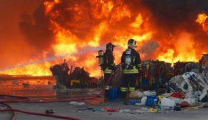 """Modena, vasto incendio alla discarica. Psicosi sui social: """"Non ci diranno mai se la nube è tossica"""""""