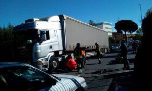 Roma, incidente su via Collatina: uomo investito da camion2