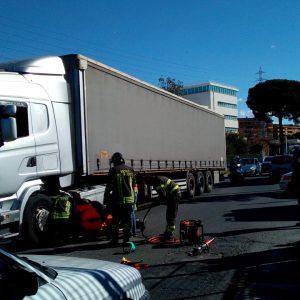 Roma, incidente su via Collatina: uomo investito da camion3