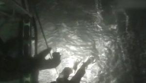 Pescatore cade nel mare in tempesta: salvato dai compagni dopo un'ora