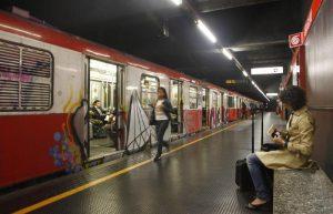 Milano, frenata brusca in metro: passeggeri cadono e restano contusi