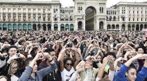 """Milano, 200.000 in piazza contro il razzismo con lo slogan """"prima le persone"""""""