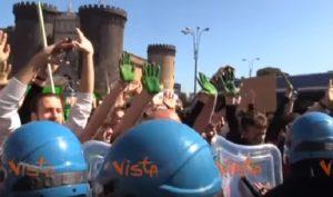 Napoli, momenti tensione e slogan anti Salvini durante corteo clima