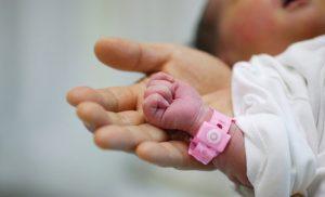 """Como, mamma di 38 anni dà alla luce l'undicesima figlia: """"Giuditta non è l'ultima"""""""
