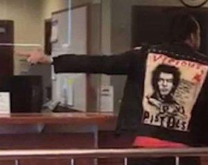 Nicolas Cage ubriaco: all'ufficio matrimoni di Las Vegas urla frasi sconnesse4
