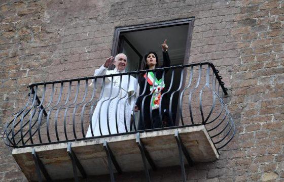 Papa Francesco si affaccia dal balcone6
