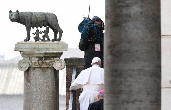 Papa Francesco si affaccia dal balcone4