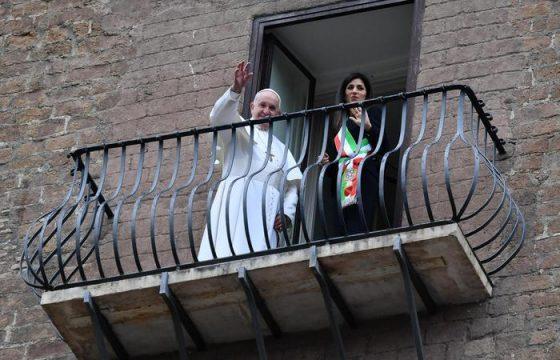 Papa Francesco si affaccia dal balcone3