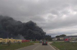 Perugia, incendio in azienda recupero rifiuti. Sos nube tossica, scuole chiuse VIDEO