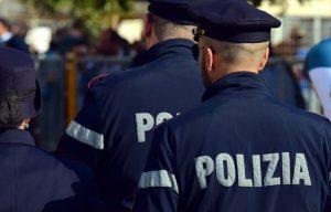 Napoli, bimbo non respira più: due poliziotti lo salvano in strada