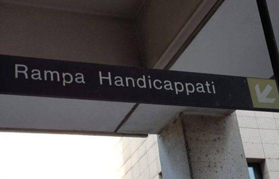 """Bologna, """"rampa handicappati"""". I due cartelli"""