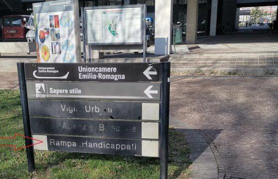"""Bologna, """"rampa handicappati"""". I due cartelli 2"""