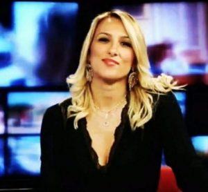 Virginia Saba sta con Di Maio ma imita Salvini con la giacca della polizia