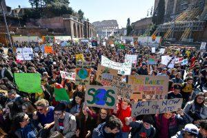 Clima, studenti in sciopero: non sanno nemmeno cos'è buco dell'ozono