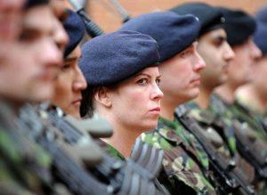 """""""Bamboccio, quasi quasi ti mando a fare in..."""". Ufficiale donna della Marina condannata, insultò tenente Esercito"""