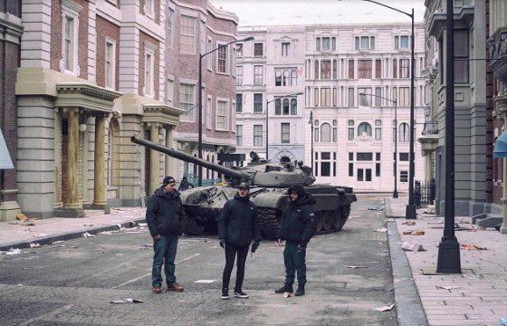 Antonio Usbergo e Niccolò Celaia davanti al carro armato sul set di Lunedì