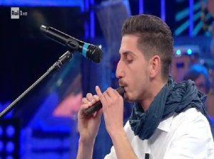 La Corrida, Riccardo Termini incanta tutti suonando un flauto... di cioccolato VIDEO