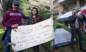 Rom cacciati da Casal Bruciato: mamma 20enne occupa la casa, poi si accampa davanti con la tenda6