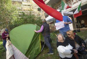 Rom cacciati da Casal Bruciato: mamma 20enne occupa la casa, poi si accampa davanti con la tenda3