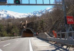 A24, 53enne scende dall'auto e si lancia giù dal viadotto (foto Ansa)