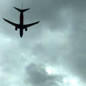 Pisa, tenta di aprire il portellone dell'aereo in volo: immobilizzato dagli altri passeggeri (foto d'archivio Ansa)