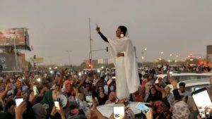 Sudan, Alaa Salah: la ragazza con l'abito tradizionale simbolo delle proteste