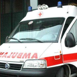Roma, carabiniere in moto finisce contro un palo in piazza Indipendenza
