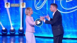 Amici 2019: Ricky Martin balla La Mordidita con Maria De Filippi, Alessandra Celentano e Loredana Bertè
