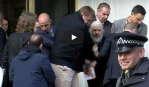 Julian Assange sollevato e trascinato di peso da 7 agenti: il VIDEO dell'arresto