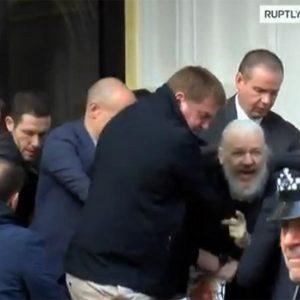 Julian Assange, il suo arresto è una tragedia greca. Pagherà lui la fine dell'innocenza del Web