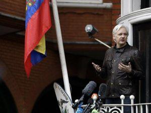 Julian Assange arrestato a Londra. L'ambasciatore dell'Ecuador ha aperto la porta a Scotland Yard