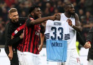 """Milan-Lazio, Bakayoko e Kessié festeggiano con la maglia di Acerbi. Immobile: """"Due piccoli uomini"""" (foto Ansa)"""