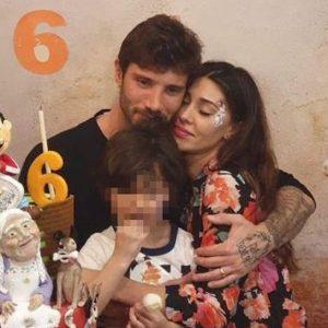 Belen e Stefano De Martino, la FOTO del tenero abbraccio con Santiago: lui indossa la fede
