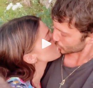 Belen Rodriguez e Stefano De Martino, bacio su Instagram