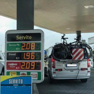 Benzina, in autostrada oltre i 2 euro al litro. E un pieno arriva a costare fino a 20 euro in più