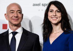 Jeff Bezos, divorzio in pace: la moglie MacKenzie gli lascia il controllo di Amazon