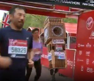 Maratona di Londra, si presenta con l'abito da Big Ben per entrare nel Guinness