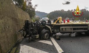 A12, tir finisce contro una bisarca: due morti. Chiuso il tratto tra Lavagna e Sestri