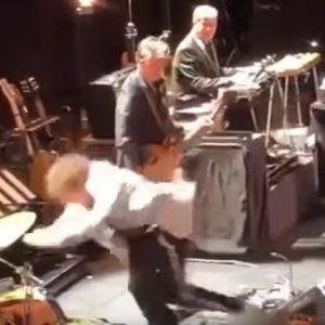 """Bob Dylan inciampa sul palco. Poi se la prende col pubblico: """"Basta foto. Suoniamo o ci mettiamo in posa?"""""""