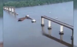 Ponte crolla per urto con traghetto: autostrada divisa in due in Brasile